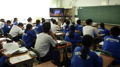 教室で視聴する3年生