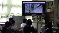 教室で視聴する生徒